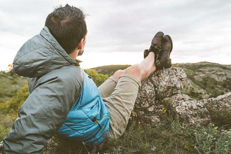 Mens in ontspannen en gezette aard Kerel die het landschap in de bergen waarnemen stock afbeelding