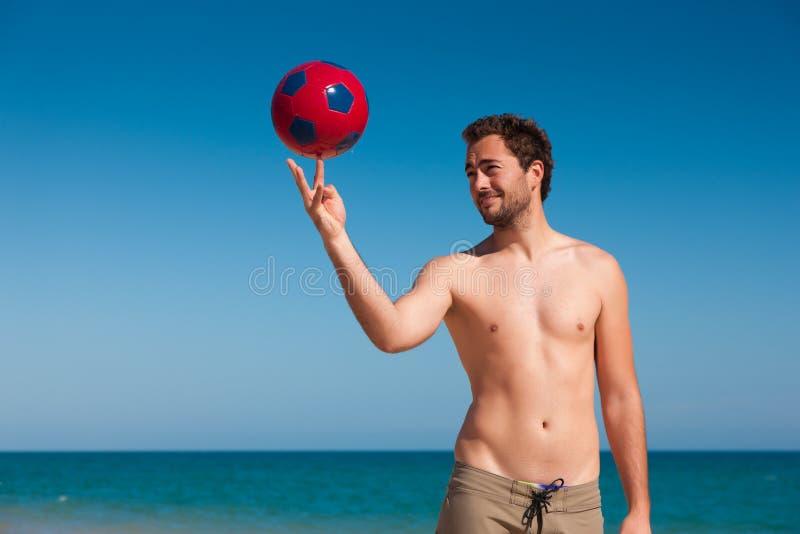 Mens op bal van het strand de in evenwicht brengende voetbal royalty-vrije stock foto's