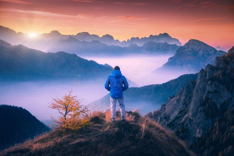 Mens op berg het piek kijken op bergvallei royalty-vrije stock afbeelding
