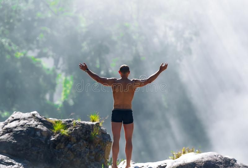 Mens op berg in Vietnam Zonsopgang Emotionele scène stock afbeelding