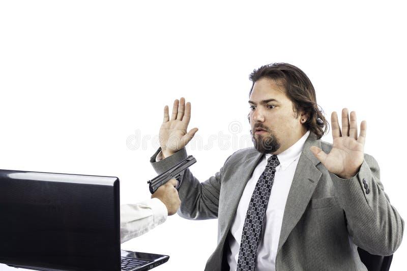 Mens op computer met kanon stock afbeelding