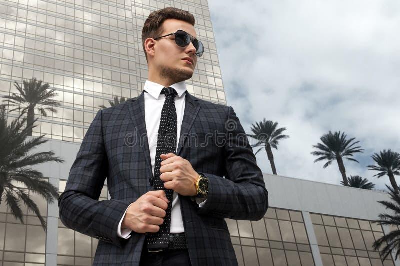 Mens op de achtergrond van een modern gebouw stock fotografie