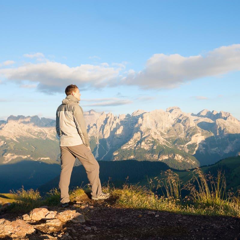 Mens op de bovenkant van de bergen royalty-vrije stock foto's
