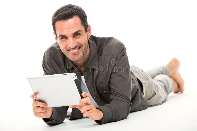 Mens op de vloer met digitale tablet stock afbeeldingen