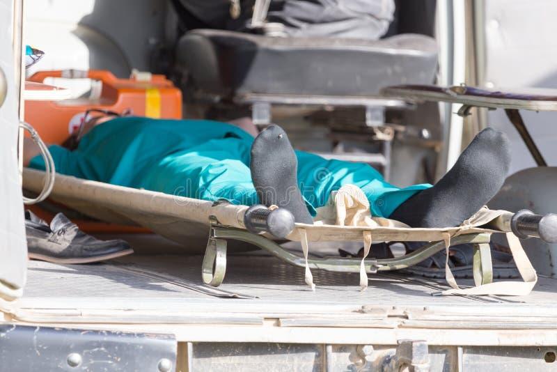 Mens op een brancard in de ziekenwagen stock afbeelding
