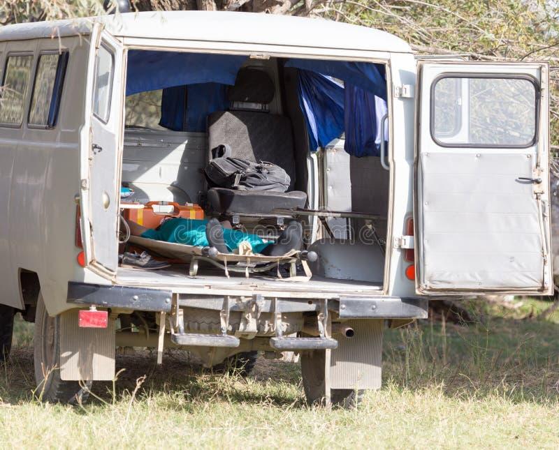 Mens op een brancard in de ziekenwagen royalty-vrije stock afbeelding