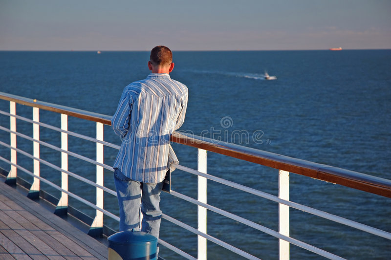 Mens op een Cruise stock fotografie