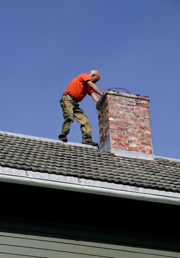 Mens op een dak stock afbeeldingen