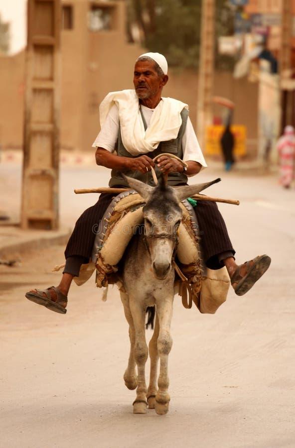 Mens op een ezel royalty-vrije stock afbeeldingen