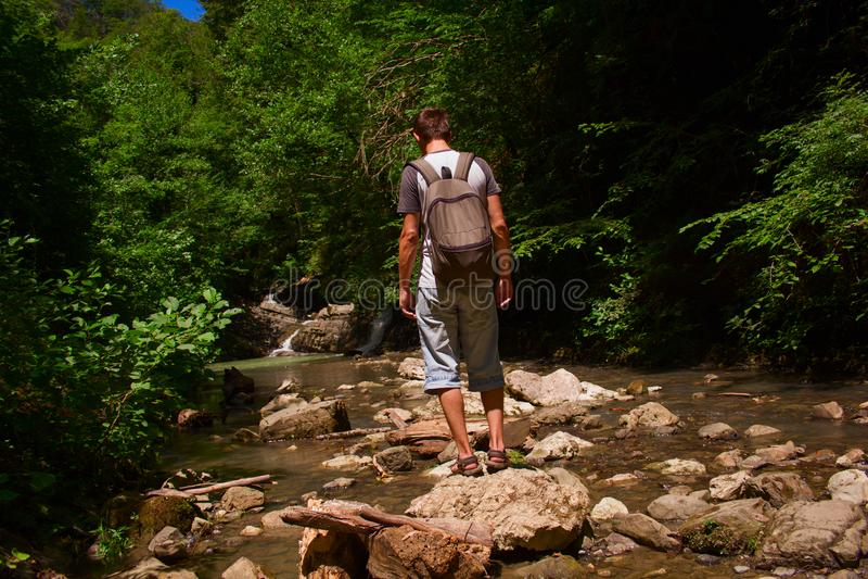Mens op een waterval royalty-vrije stock fotografie