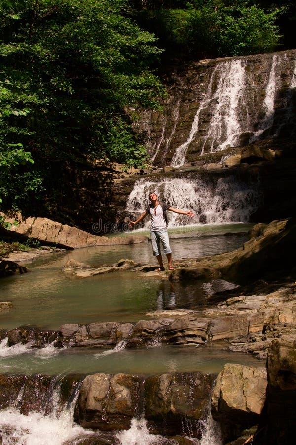 Mens op een waterval royalty-vrije stock foto