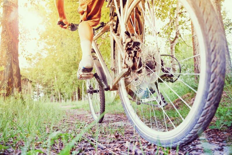 Mens op fiets stock foto's