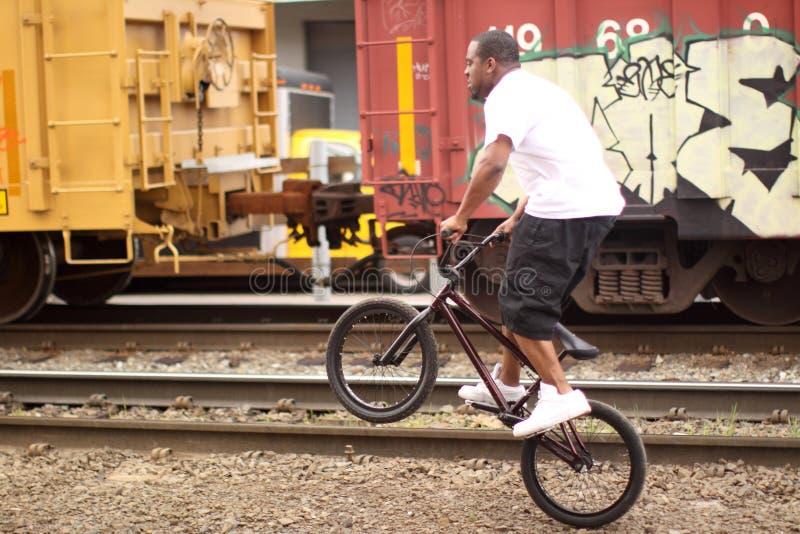 Mens op fiets BMX royalty-vrije stock afbeelding