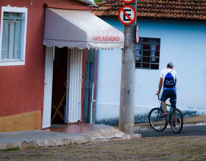 Mens op Fiets in Brazilië royalty-vrije stock afbeelding
