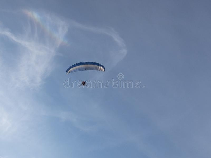 Mens op gemotoriseerde die deltavlieger uit de grond wordt genomen royalty-vrije stock foto's