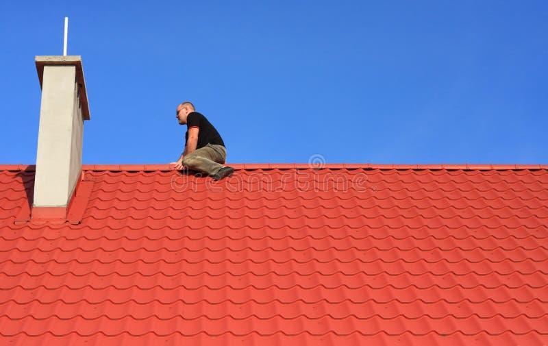 Mens op het dak stock afbeeldingen