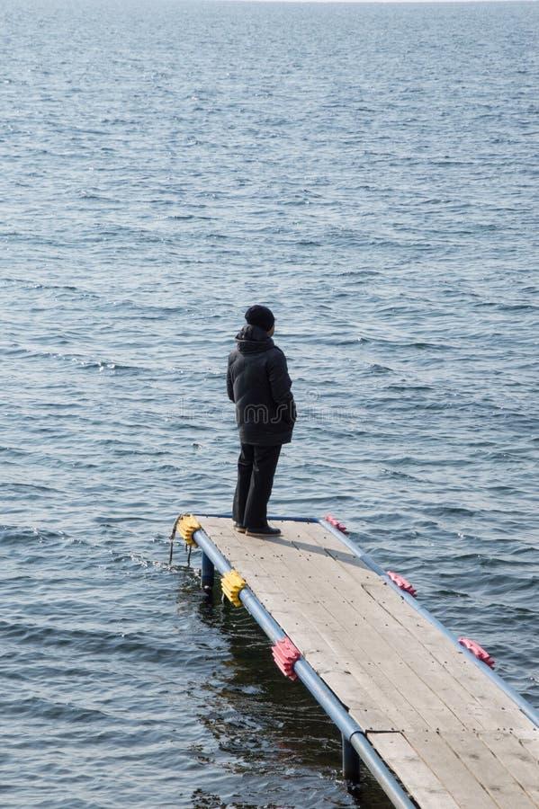 Mens op het Dok bij Meer Baikal royalty-vrije stock fotografie