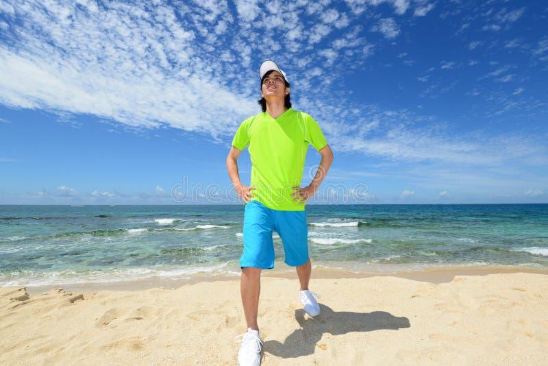 Mens op het mooie strand royalty-vrije stock foto's