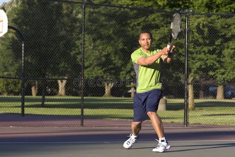 Mens op het Speel Horizontale Tennis van de Tennisbaan - stock afbeelding