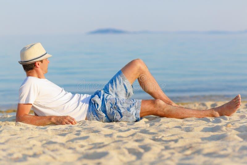 Mens op het strand stock foto