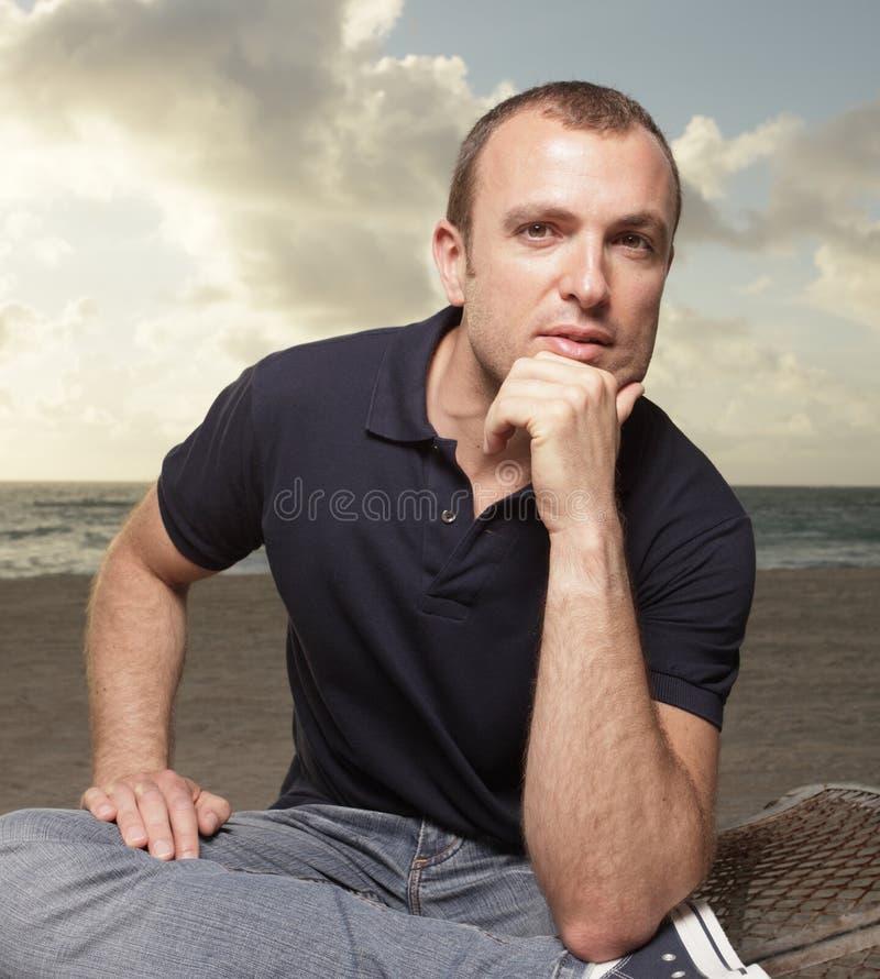 Mens op het strand stock afbeelding