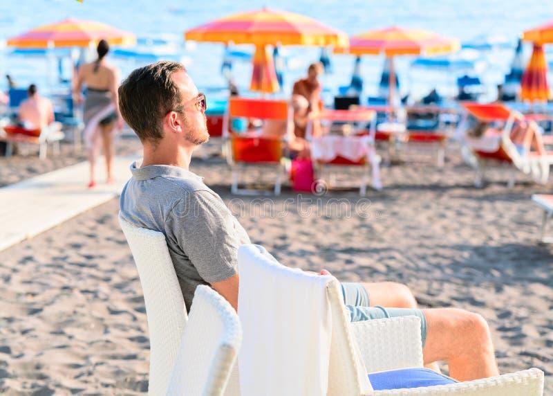 Mens op het Strand met paraplu's in Positano stock foto