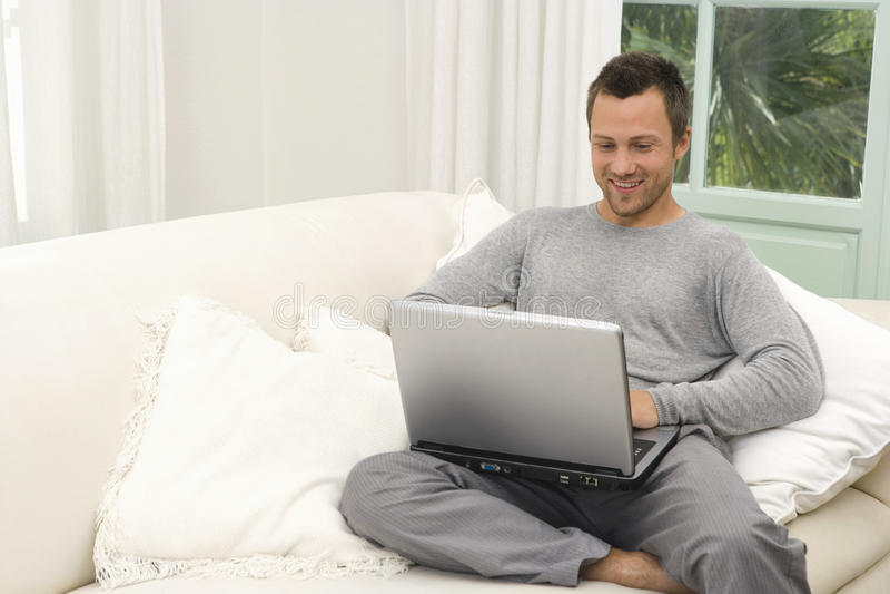 Mens op laag met laptop thuis. royalty-vrije stock foto's
