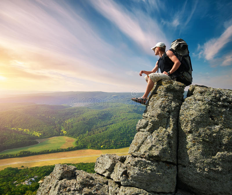 Mens op piek van berg royalty-vrije stock afbeeldingen