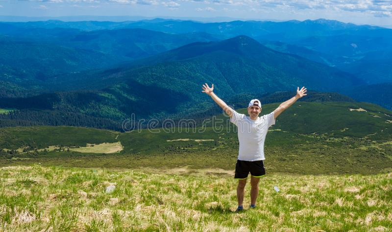Mens op piek van berg Emotionele sc?ne royalty-vrije stock foto