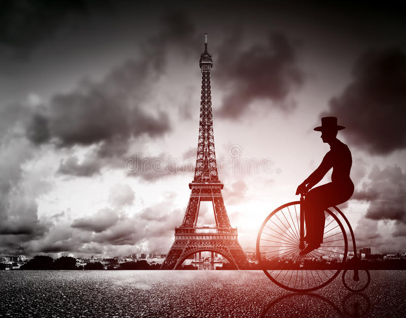 Mens op retro fiets naast Effel-Toren, Parijs, Frankrijk