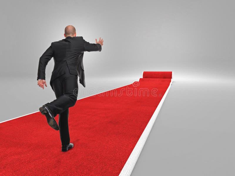 Mens op rood tapijt stock foto