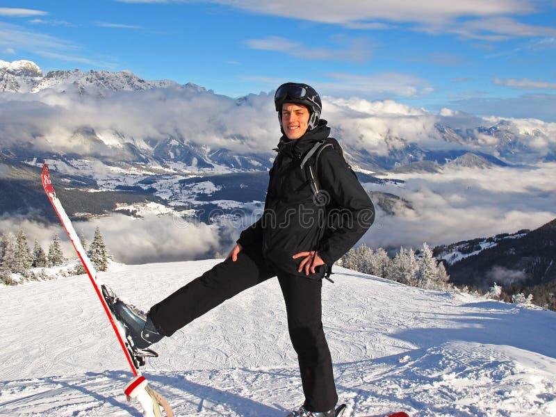 Mens op skihelling stock afbeelding