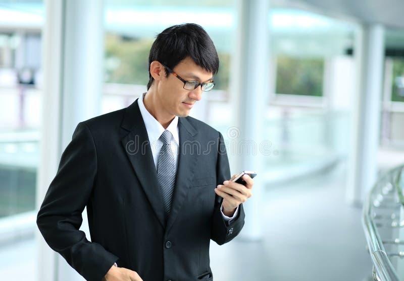 Mens op slimme telefoon - jonge bedrijfsmens Toevallig stedelijk beroep royalty-vrije stock foto