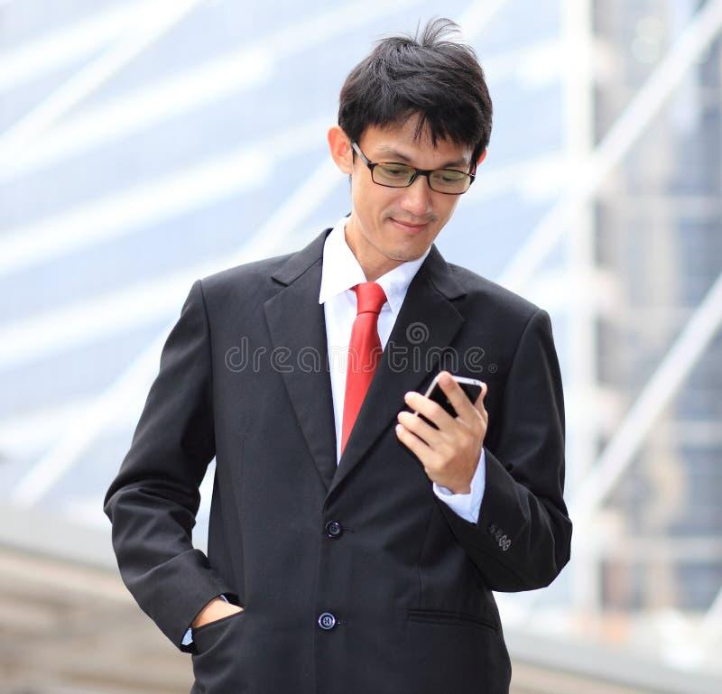 Mens op slimme telefoon - jonge bedrijfsmens Toevallig stedelijk beroep stock afbeelding