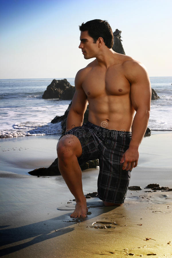Mens op strand stock foto