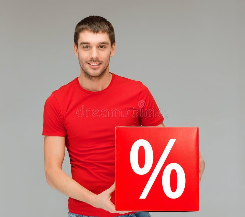 Mens in overhemd met het rode teken van de percentenverkoop stock fotografie