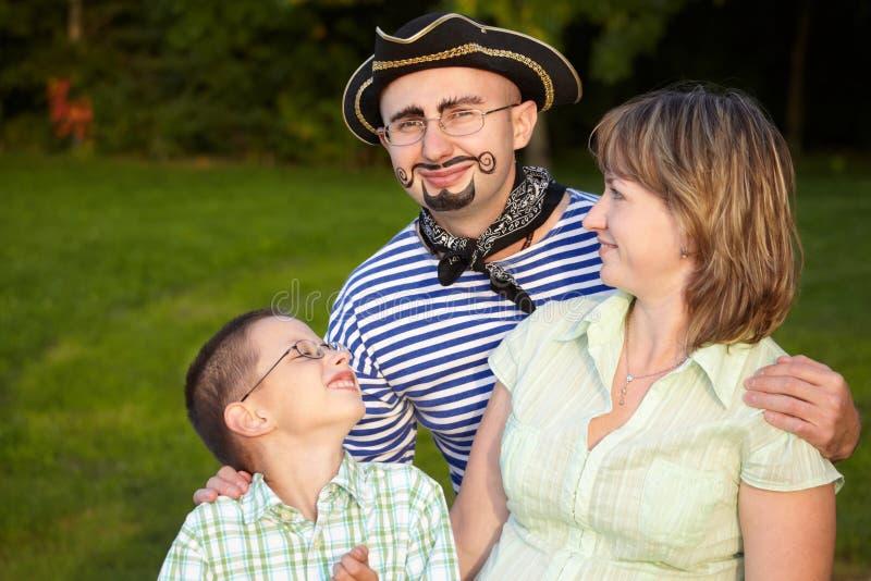Mens in piraatkostuum met vrouw en zoon royalty-vrije stock foto