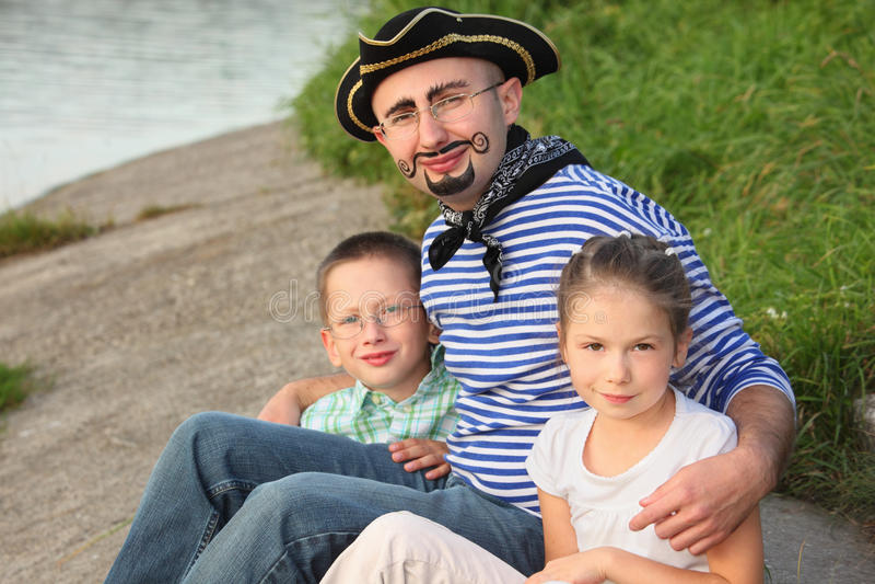 Mens in piraatkostuum met zijn zoon en dochter stock foto