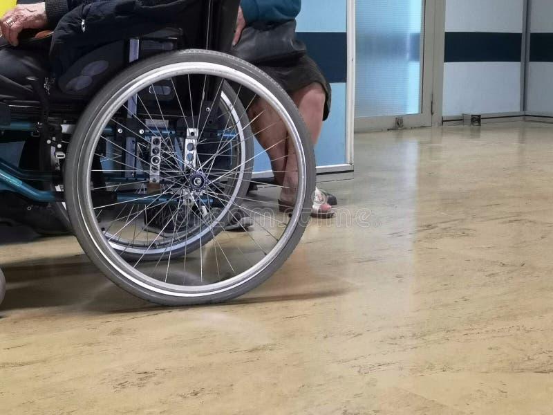 Mens in rolstoel in het ziekenhuis stock fotografie