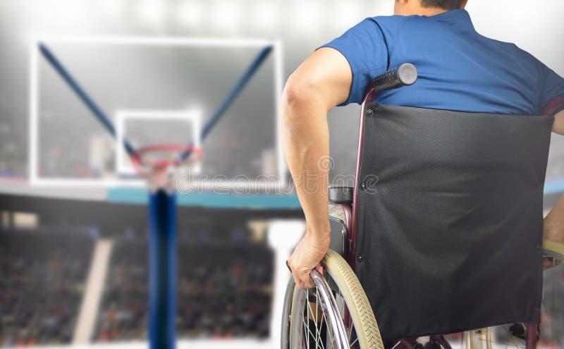 Mens in rolstoel speelbasketbal royalty-vrije stock afbeelding