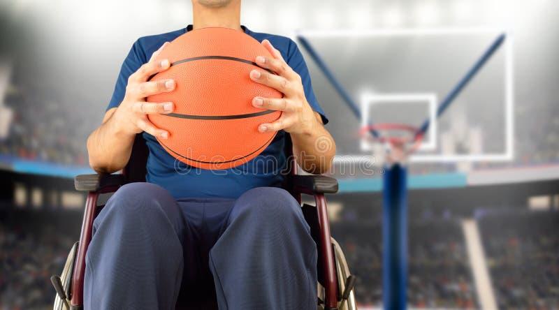 Mens in rolstoel speelbasketbal stock afbeelding
