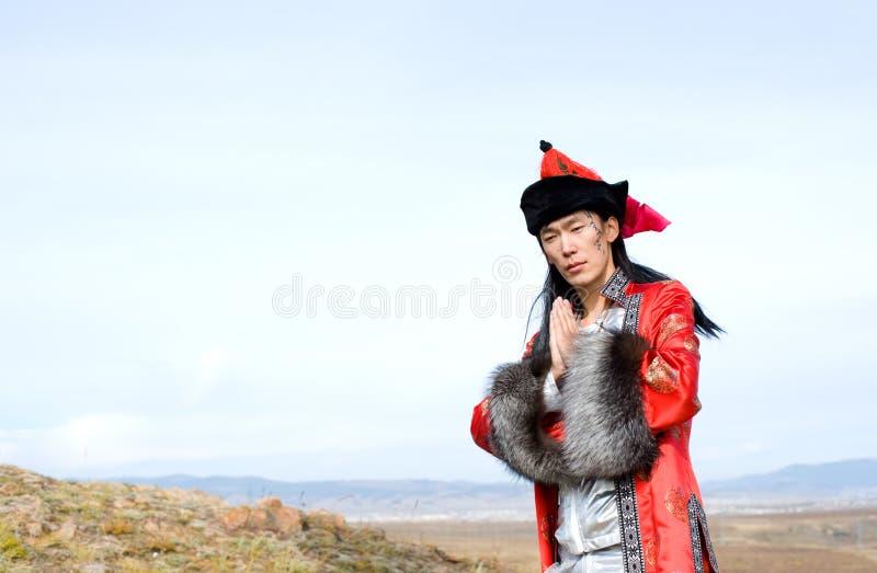 Mens in rood Mongools kostuum royalty-vrije stock fotografie