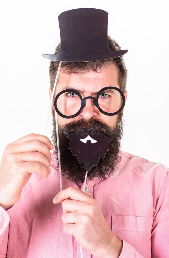 Mens in roze de partijacsessories van de overhemdsholding Hipster met in baard het vieren verjaardag, partijconcept Gebaarde mens stock afbeelding