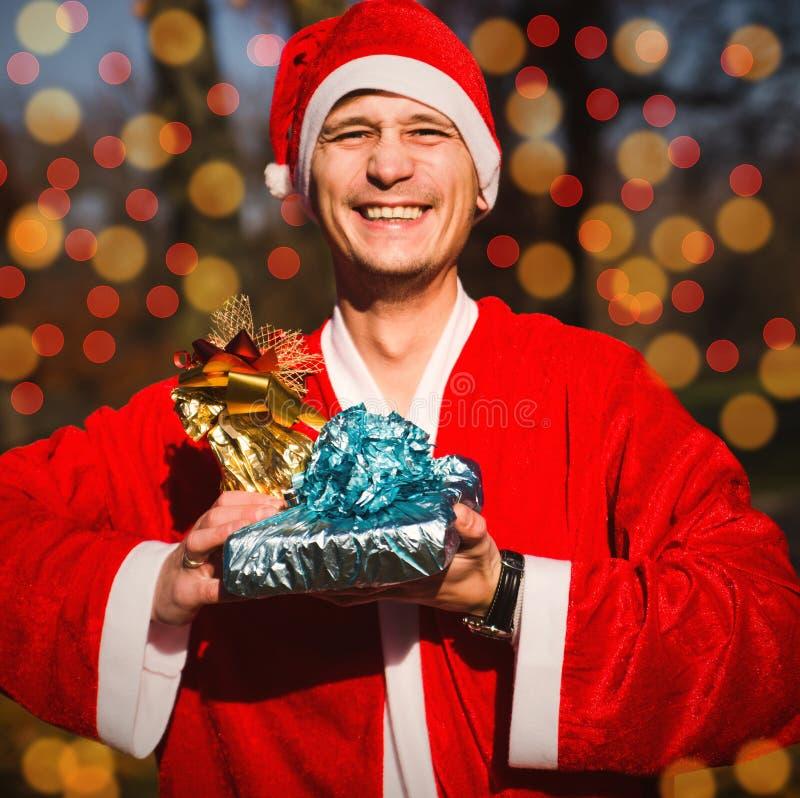 Mens in Santa Claus-kostuum stock foto's