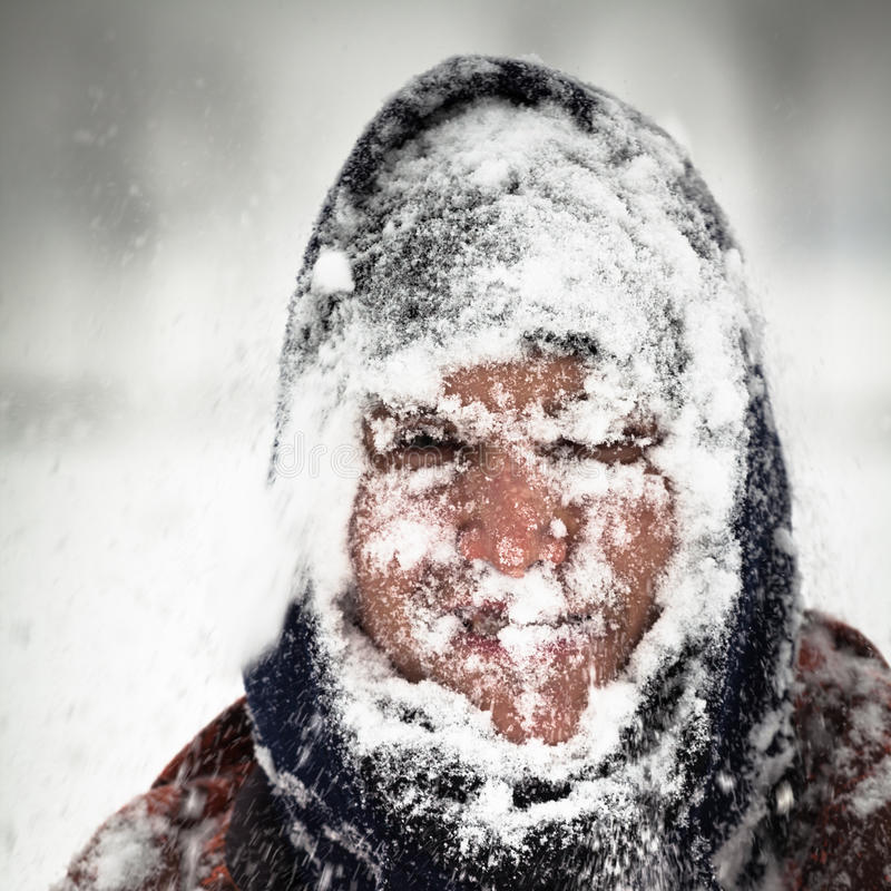 Mens in sneeuwonweer royalty-vrije stock afbeelding