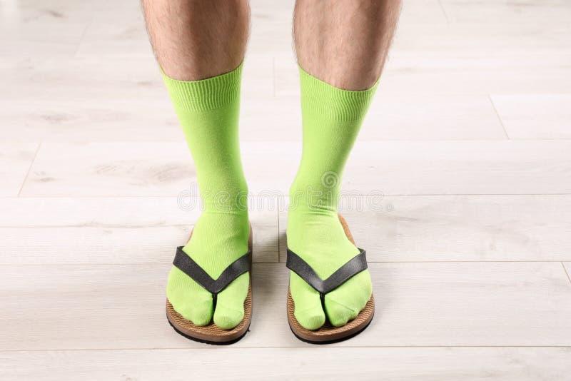 Mens in sokken en pantoffels op vloer royalty-vrije stock fotografie