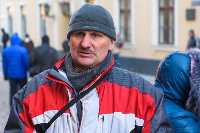 Mens, tijdens Demonstratie tegen nieuwe coalitie van regering van Letland o stock foto