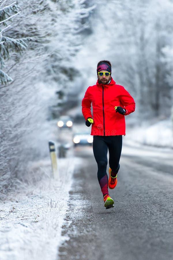 Mens tijdens een training op ijzige weg in de winter stock afbeeldingen