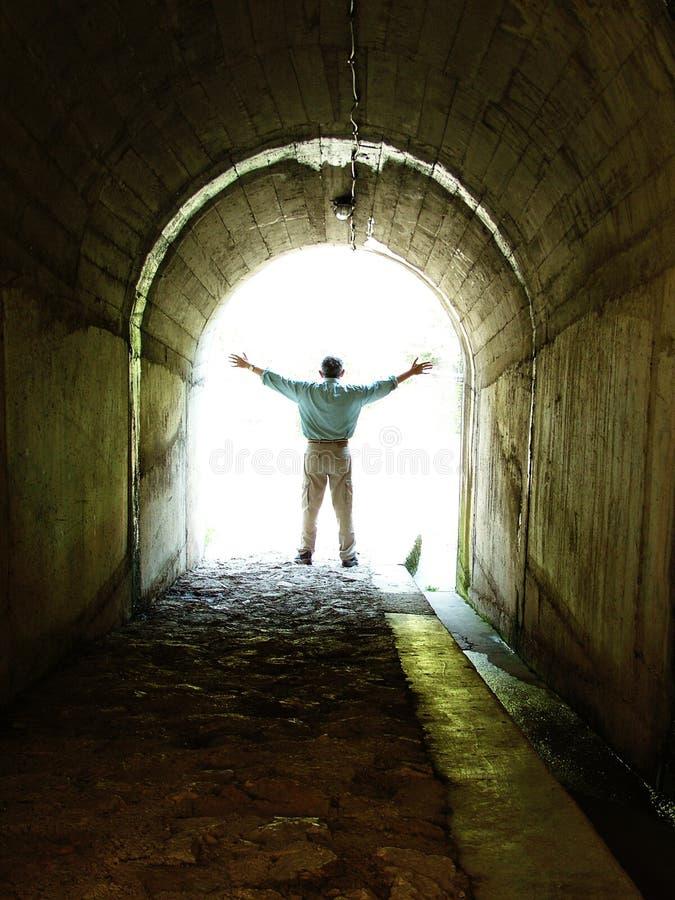 Mens in tunnel stock foto's