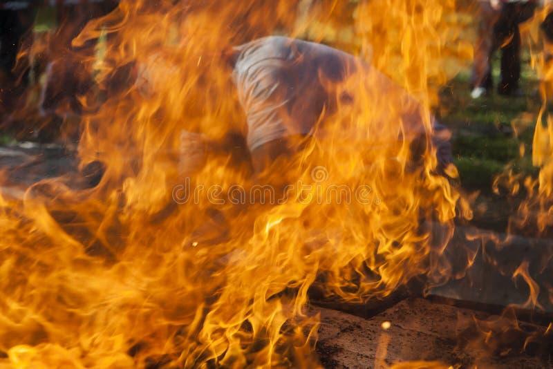 Mens tussen vlammen stock afbeelding